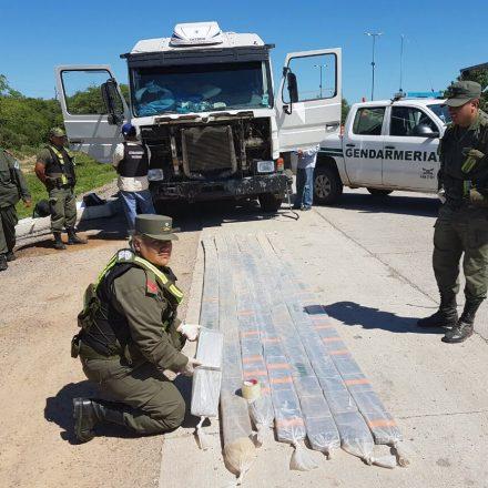 Incautan 180 kilos de cocaínaocultos en el chasis de un camión