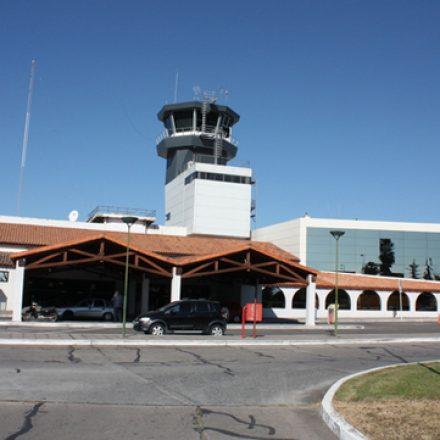 En el aeropuerto, demoran a un conductor ebrio y pasan a disponibilidad a su acompañante