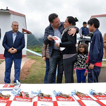 La Provincia entregó 38 casas a familias de Salvador Mazza