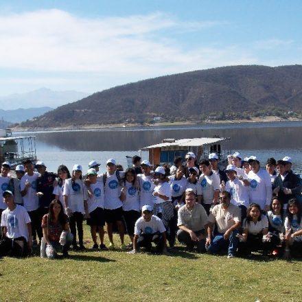 Jóvenes y adultos voluntarios limpiaron el dique Cabra Corral
