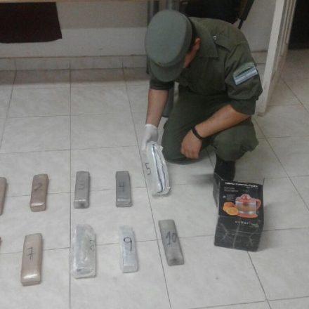 Detienen a una mujer que ocultaba más de 5 kilos de cocaína en una caja