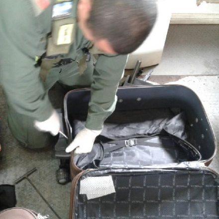 Detienen a un hombre que viajaba con cocaína acondicionada en las estructuras metálicas de dos valijas