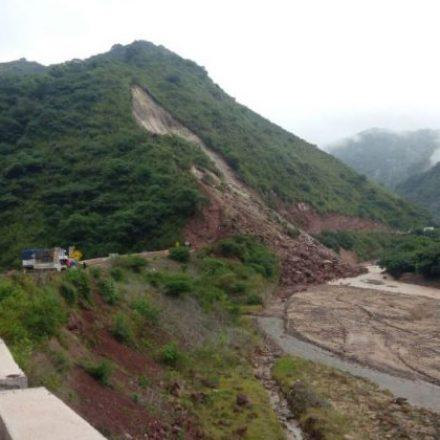 Derrumbe en la ruta 33: Sigue lloviendo, hoy se espera habilitar un camino alternativo