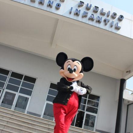 Mickey Mouse visitó el Hospital Público Materno Infantil Sociedad del Estado de la ciudad de Salta