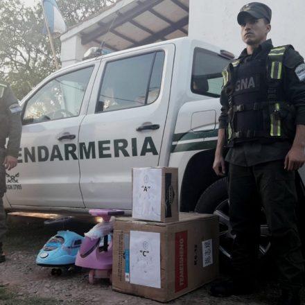 Secuestran más de 30 kilos de cocaína ocultos en el torpedo de un auto y dentro de triciclos de niños