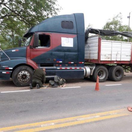 Detienen a dos personas que intentaron ingresar al país 90 kilos de cocaína ocultos bajo el chasis de un camión