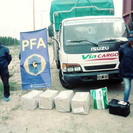 Secuestran más de 25 kilos de cocaína ocultos en correos y detienen a dos mujeres