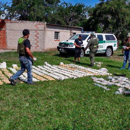Incautan más de 360 kilos de cocaína y 44 kilogramos de marihuana que ingresaron al país en un vuelo clandestino