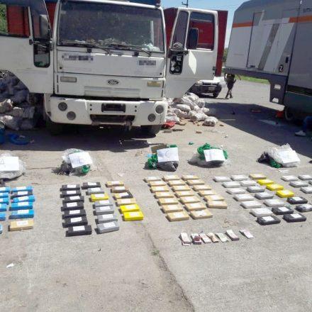 Decomisan más de 134 kilos de cocaína acondicionados en un camión