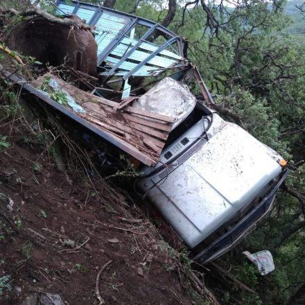 Mueren dos personas al desbarrancar un camión en Guachipas