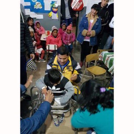 Alumnos de la escuela Alberto Einstein fabricaron un andador postural para un niño de escuela rural
