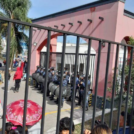 Movimientos sociales reclaman frente a las puertas del CCM