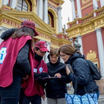 Los Anfitriones Turísticos brindan información a los turistas que visitan Salta