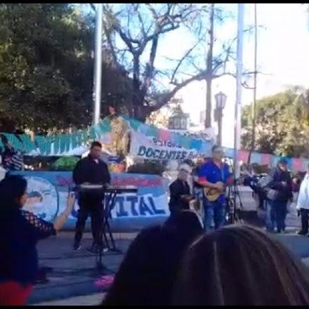 Docentes autoconvocados continuan de paro en plaza 9 de julio y reciben el apoyo de artistas locales (videos)