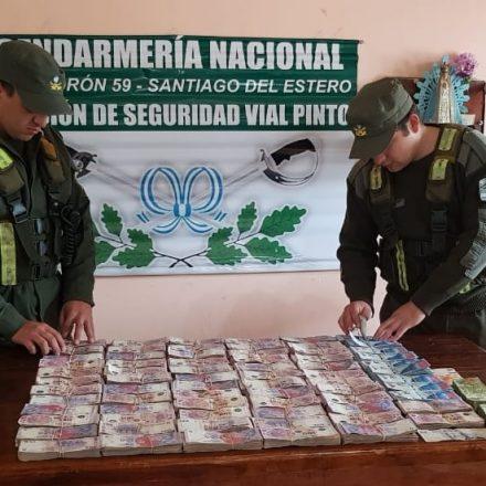 Incautan más de 880.000 pesos transportados ocultos en la cabina de un camión