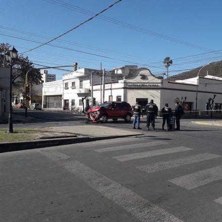 Tras una colisión entre una ambulancia y un automóvil, fallece una anciana