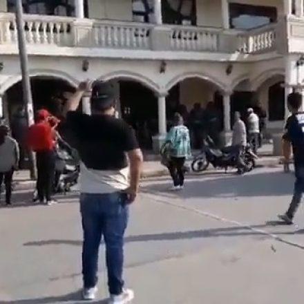 Trabajadores municipales de Colonia Santa Rosa se encadenan en el municipio