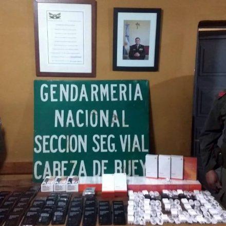 Ocultaban 68 celulares de alta gama dentro de los habitáculos de una camioneta
