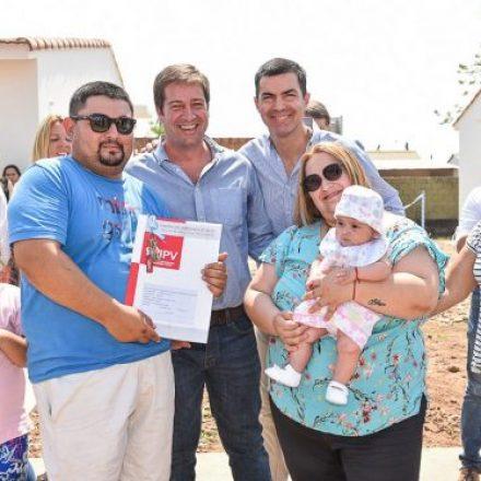 Cien familias de Colonia Santa Rosa recibieron hoy sus nuevas viviendas