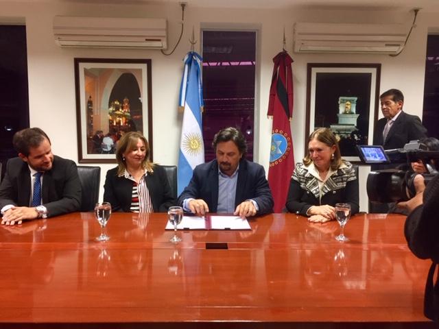 Lapad firmó convenio con Sáenz para formar en el correcto trato a personas con discapacidad