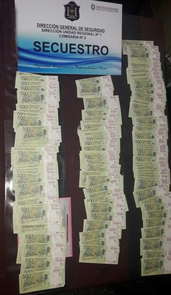 Detienen a dos hombres que poseían más de 100 mil pesos falsos