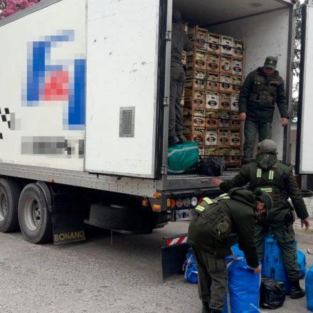 Hallan 150 kilos de hojas de coca y 180 pares de calzados ocultos en un camión térmico