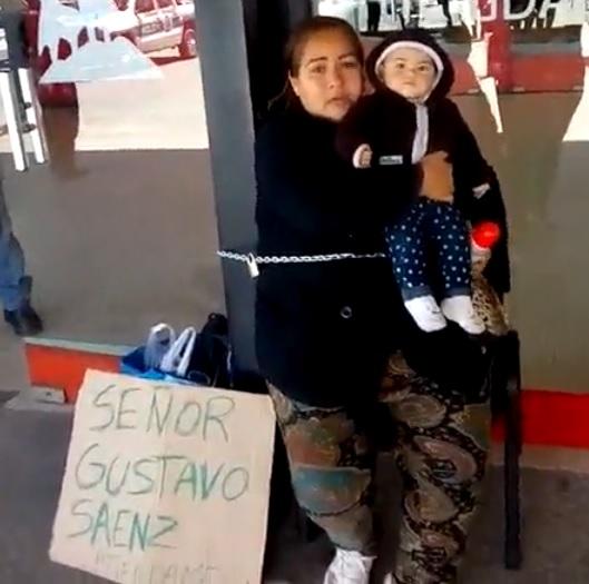 Madre se encadenó en el CCM buscando hablar con el Intendente