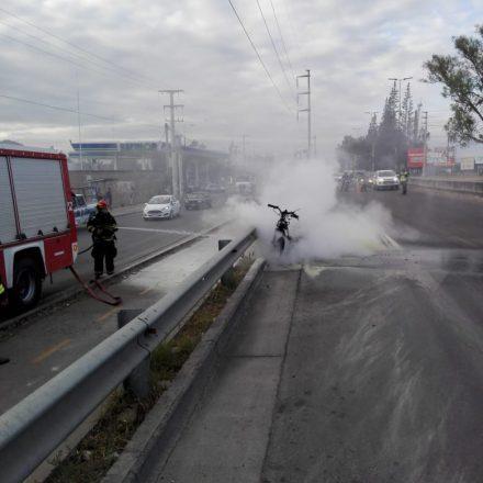 Sofocaron el incendio de una motocicleta sobre avenida Bolivia