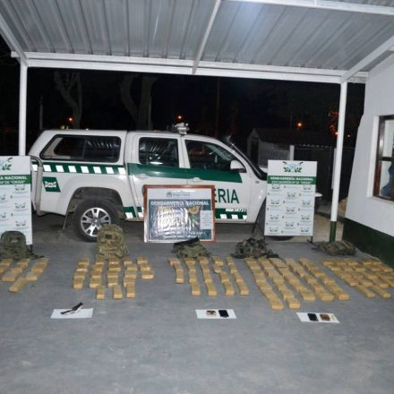 Embistieron un control de Gendarmería cuando intentaban huir con 98 kilos de marihuana
