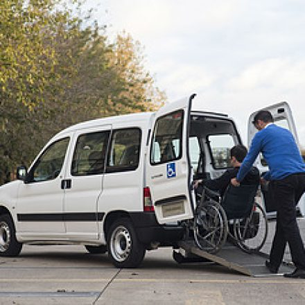 Premiaron al primer auto nacional para pasajeros en sillas de ruedas