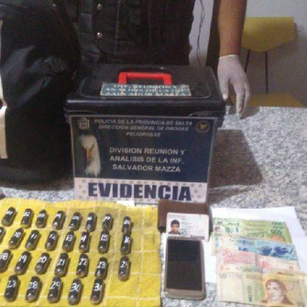 Detienen a un hombre que transportaba más de 3 mil dosis de cocaína.