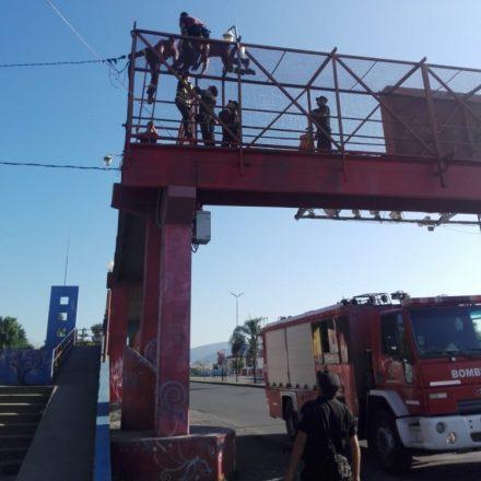Rescatan a una mujer que intentó arrojarse desde un puente