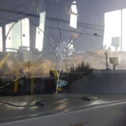 Nuevamente la violencia contra coches de SAETA, tres unidades fueron apedreadas