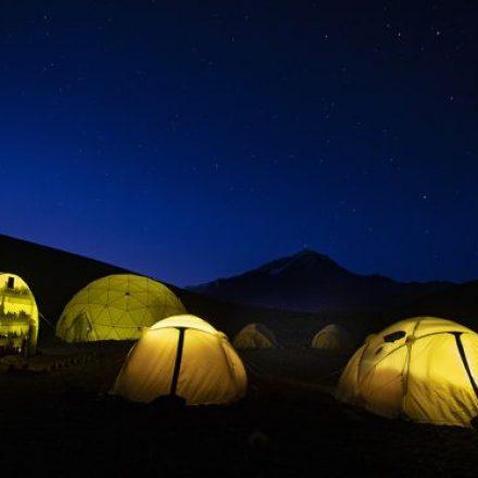 Turismo aventura en un campamento base en el Llullaillaco