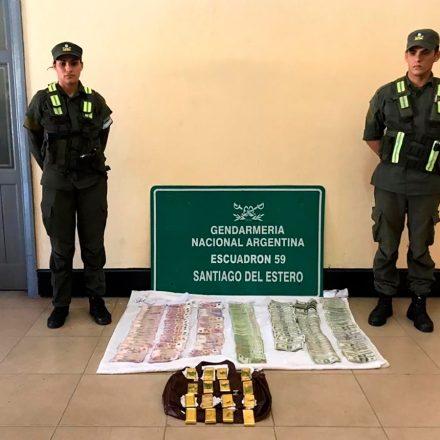 Un pasajero ocultaba en su bolso más de 17.000 dólares, 80.000 pesos y 17 lingotes de oro