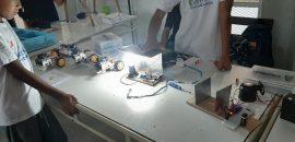 Adolescentes de los Centros Porvenir programaron una CASA INTELIGENTE en los talleres de robótica