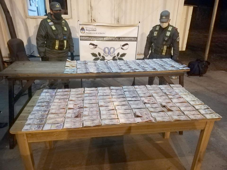 Ocultaba en su camión más de 152 mil pesos bolivianos sin el correspondiente aval