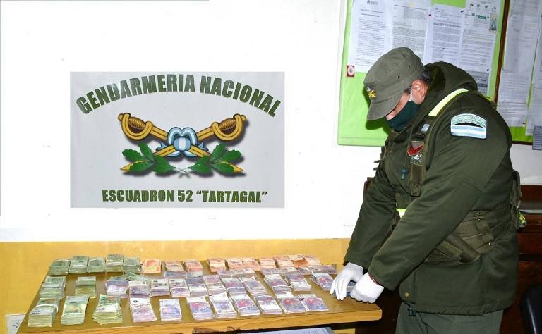 En dos procedimientos decomisan más de 2 millones de pesos y 9 mil dólares