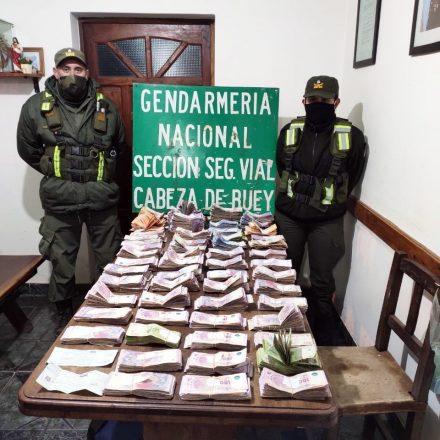 Transportaban verduras y llevaban ocultos más de un millón y medio de pesos